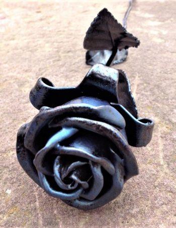 kovácsoltvas kék rózsa